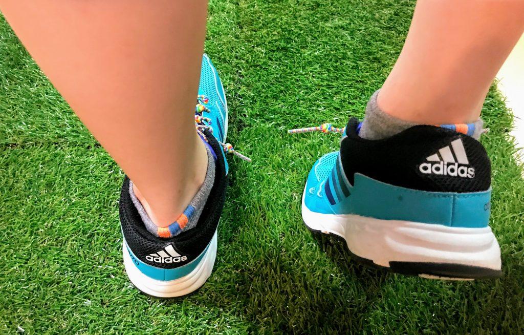 結ばない靴ひもを使用する子供のイメージ