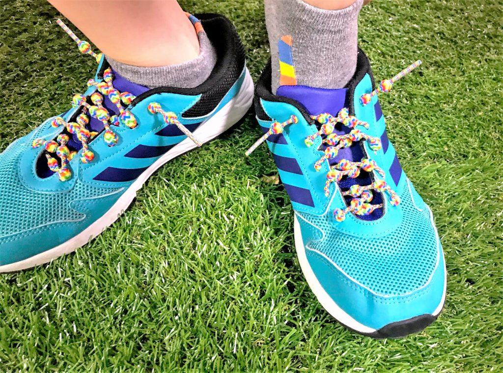 結ばない靴ひもを着用する子供のイメージ